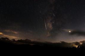 Meteor skirts Milky Way